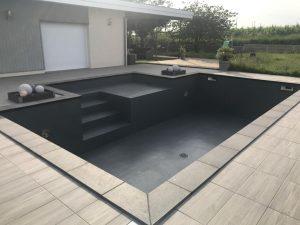 Stratification piscine béton